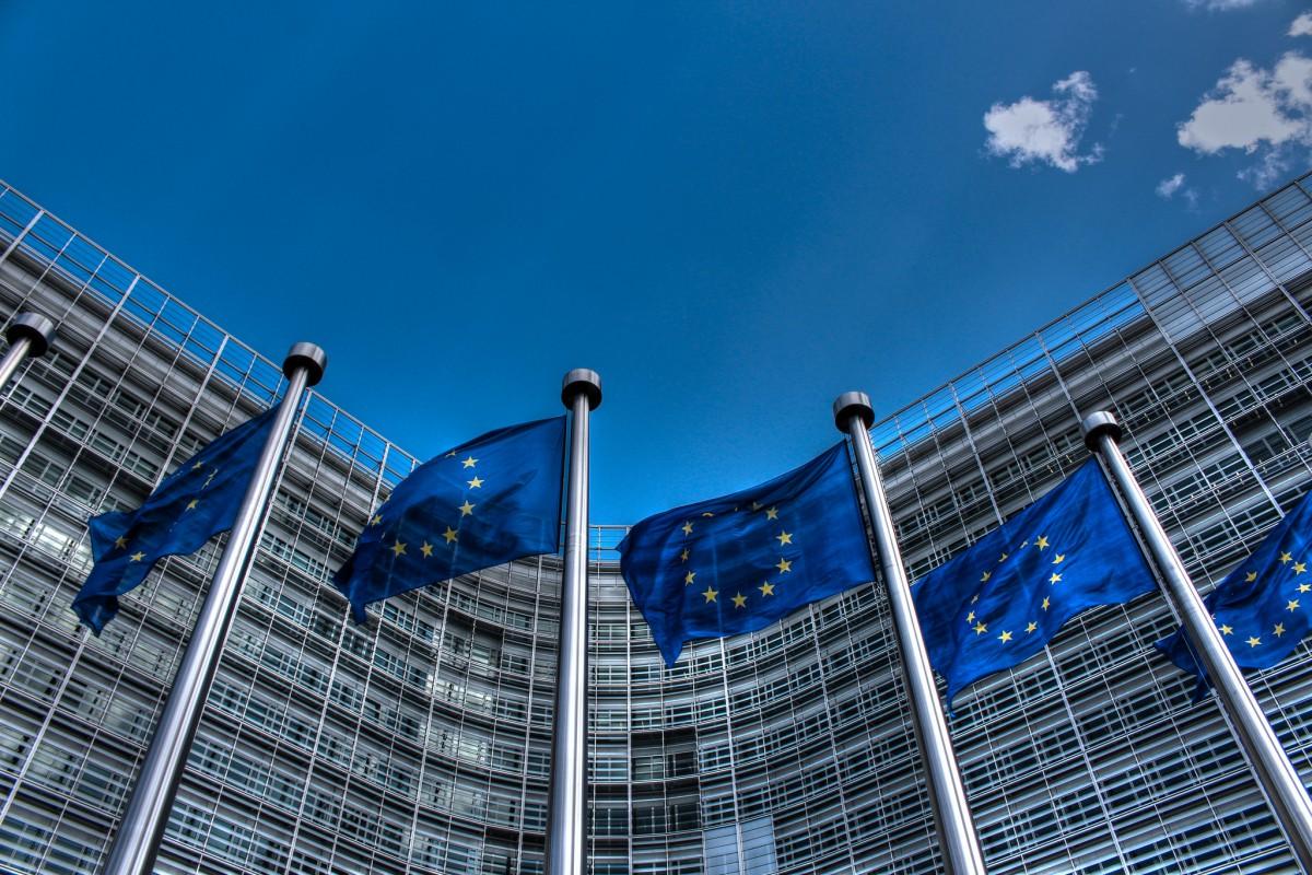 EU-Fahnen vor EU Parlament in Brüssel