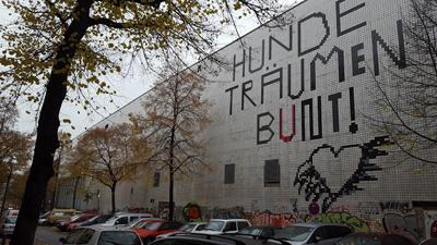 """VOLLGUT-Gebäudewand mit Inschrift """"Hunde träumen bunt"""""""