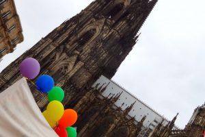 Kölner Dom mit bunten Luftballons beim CSD 2017